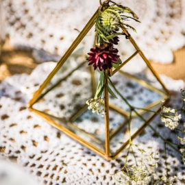 Boîte en verre et métal doré or forme pyramide