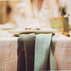 Chemin de table mousseline de coton vert sauge