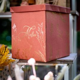 Urne terracotta embosse or