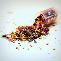 Mini lanceur de confettis multicolores